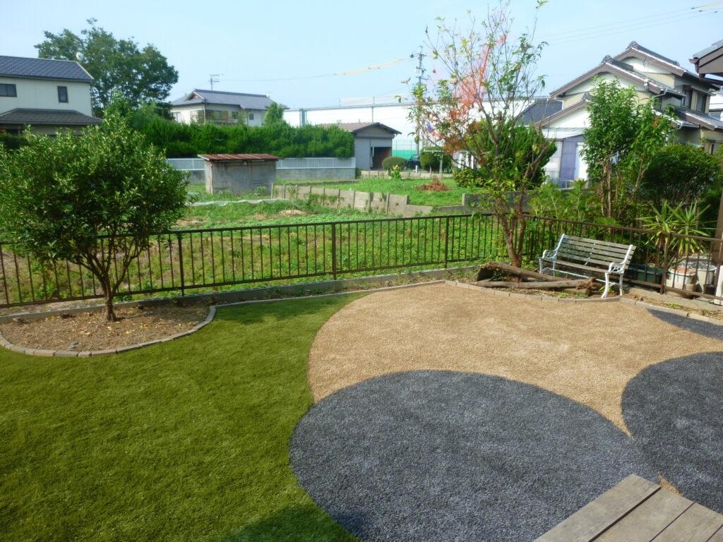 広いお庭にカラーの人工芝を使用した活用例の写真