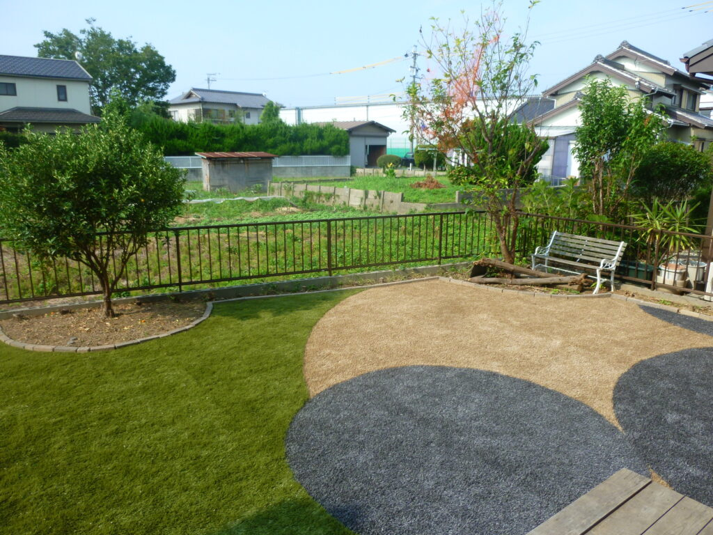雑草対策でカラー人工芝を使用したおしゃれなお庭を実現した人工芝活用例の写真