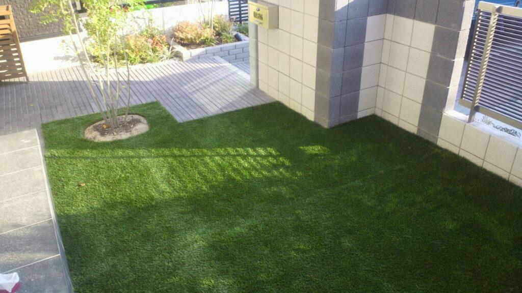 玄関前に人工芝を使用した活用例の写真