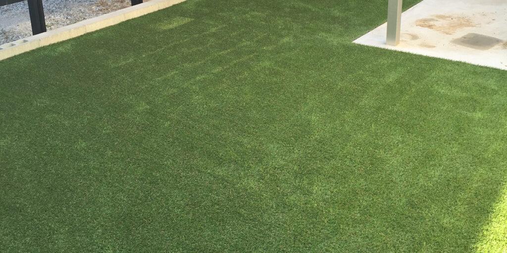 駐車場への人工芝の活用例の写真