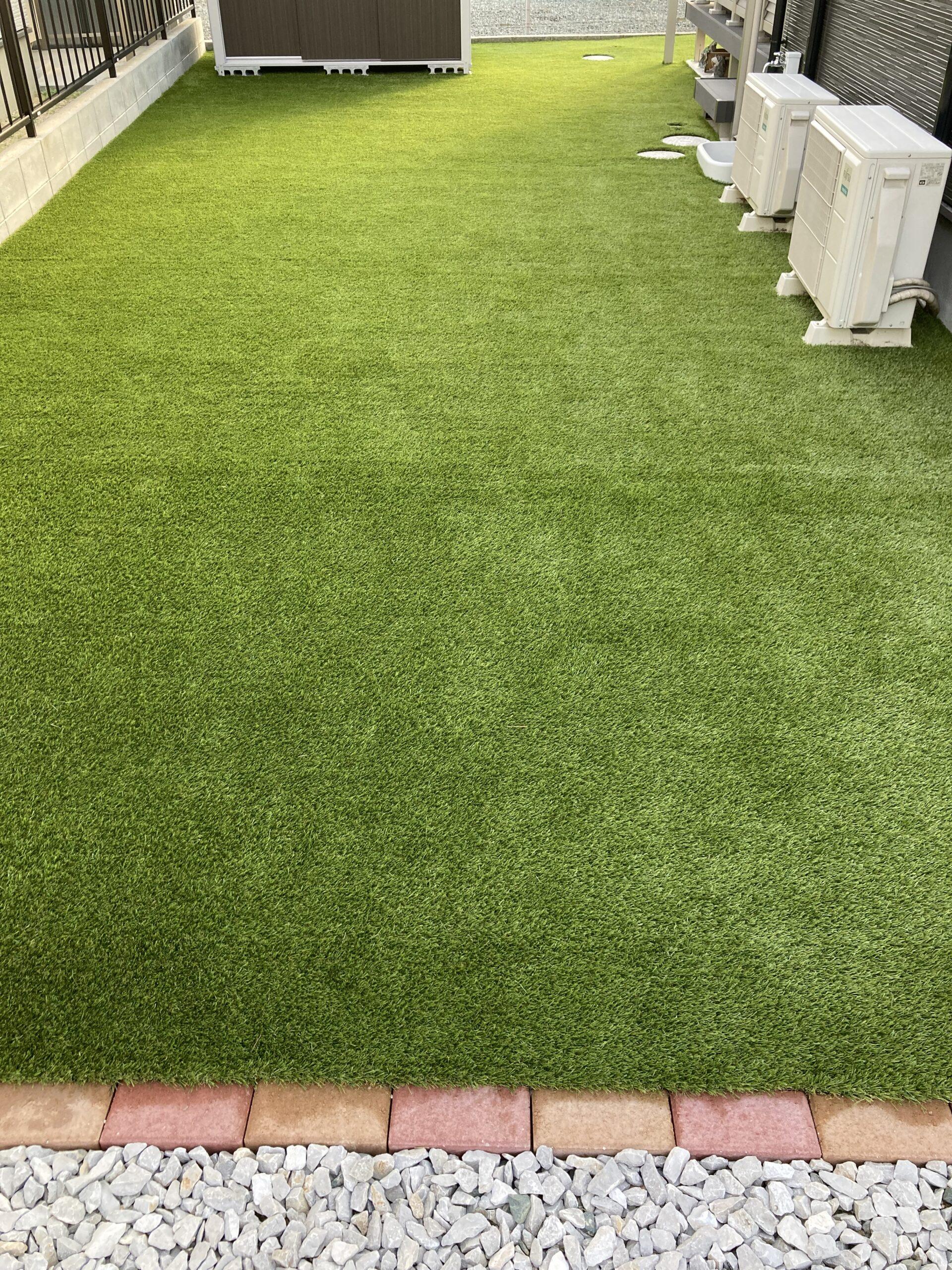 芝うさぎが室外機前のスペースに人工芝を施工した後の写真