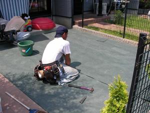 防草シートを敷いて施工の様子の写真